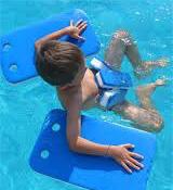 Enfant apprend à nager cours